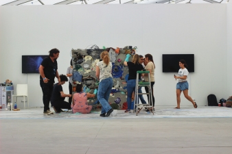 "A&V 2017-2018 working on Gordon Matta-Clark's ""Garbage Wall"" at UNTITLED Miami Beach (Photo © Galina Abdel Aziz CC BY 4.0)"