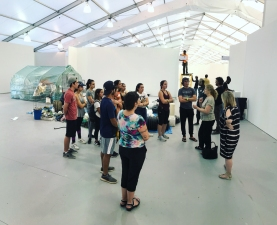 Jane Crawford, widow of Gordon Matta-Clark speaks to Fiu Honors College students at the UNTITLED Art Fair (Photo by JW Bailly CC BY 4.0)